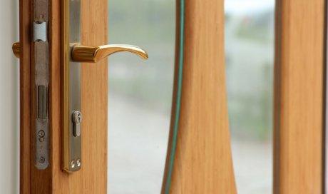 Conception, création et fabrication de porte d'entrée en vieux bois au Grand-Bornand