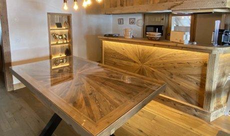 Agencement d'un appartement proche de Megève : création et fabrication d'une table et d'un bar en vieux bois